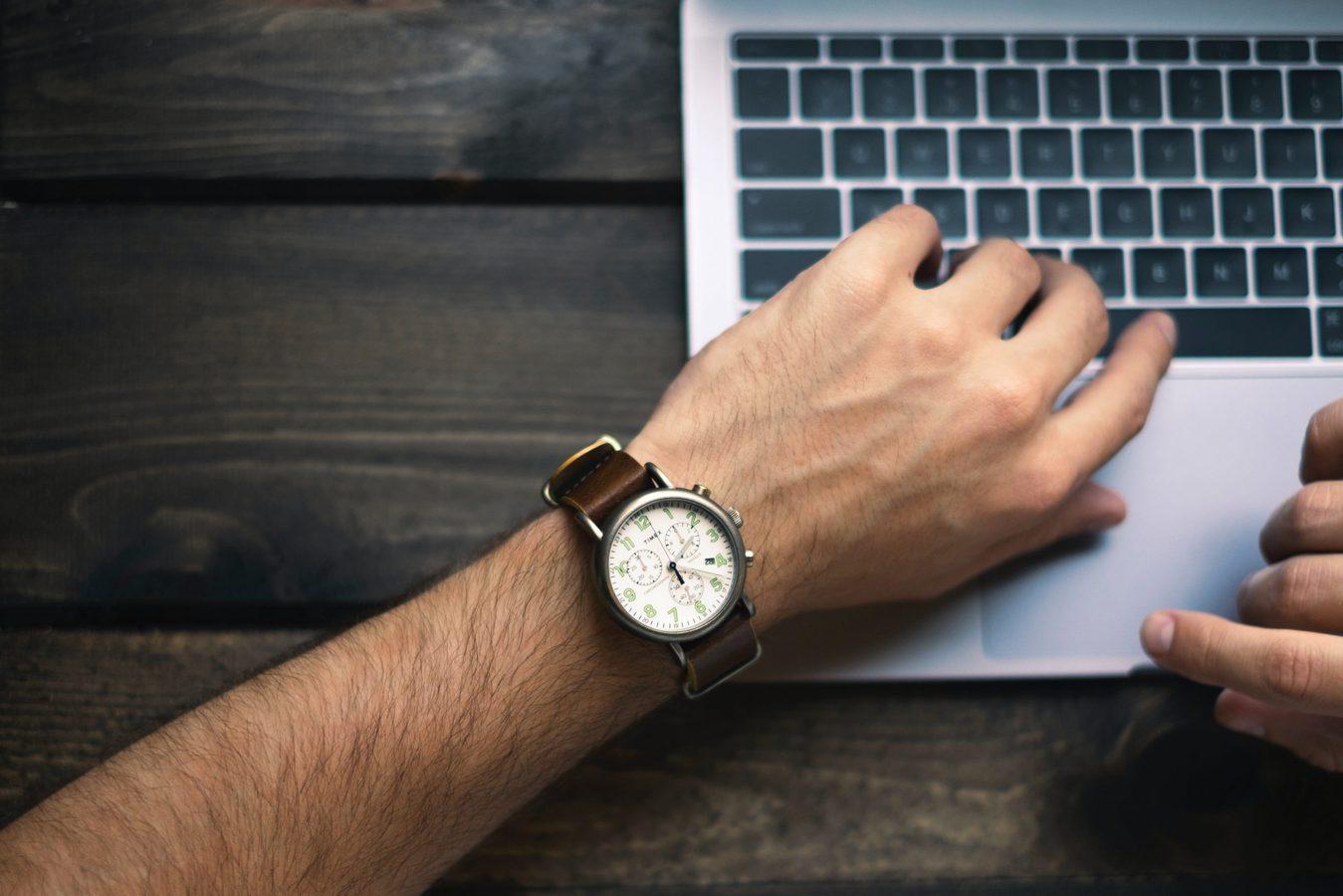 freelance-worker-watch-laptop