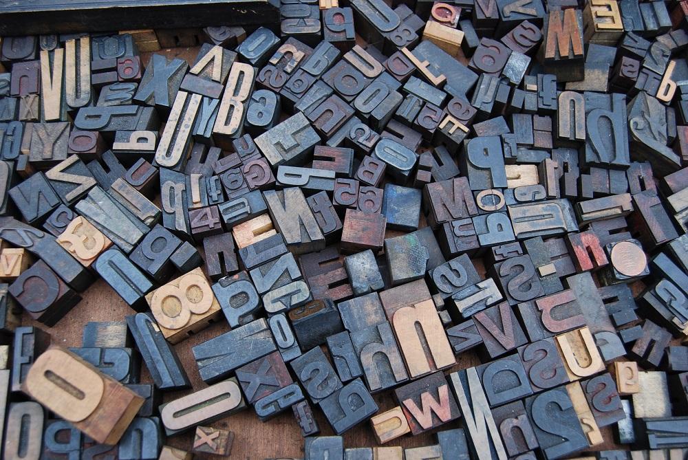 Stapel von Typografieblöcken in verschiedenen Größen und Farben