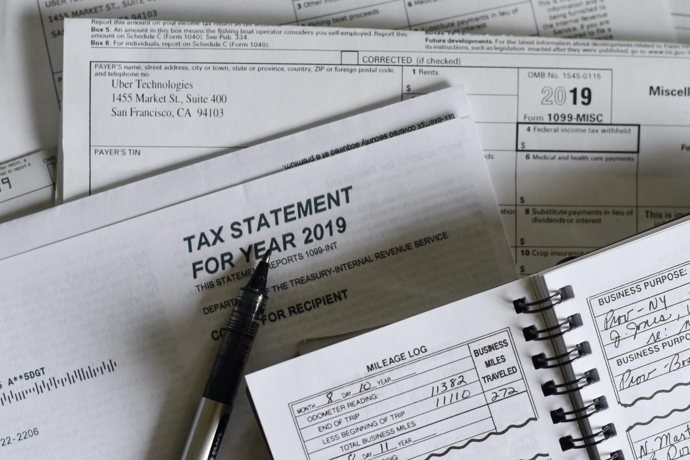 Formularios de impuestos y un bolígrafo sobre un escritorio