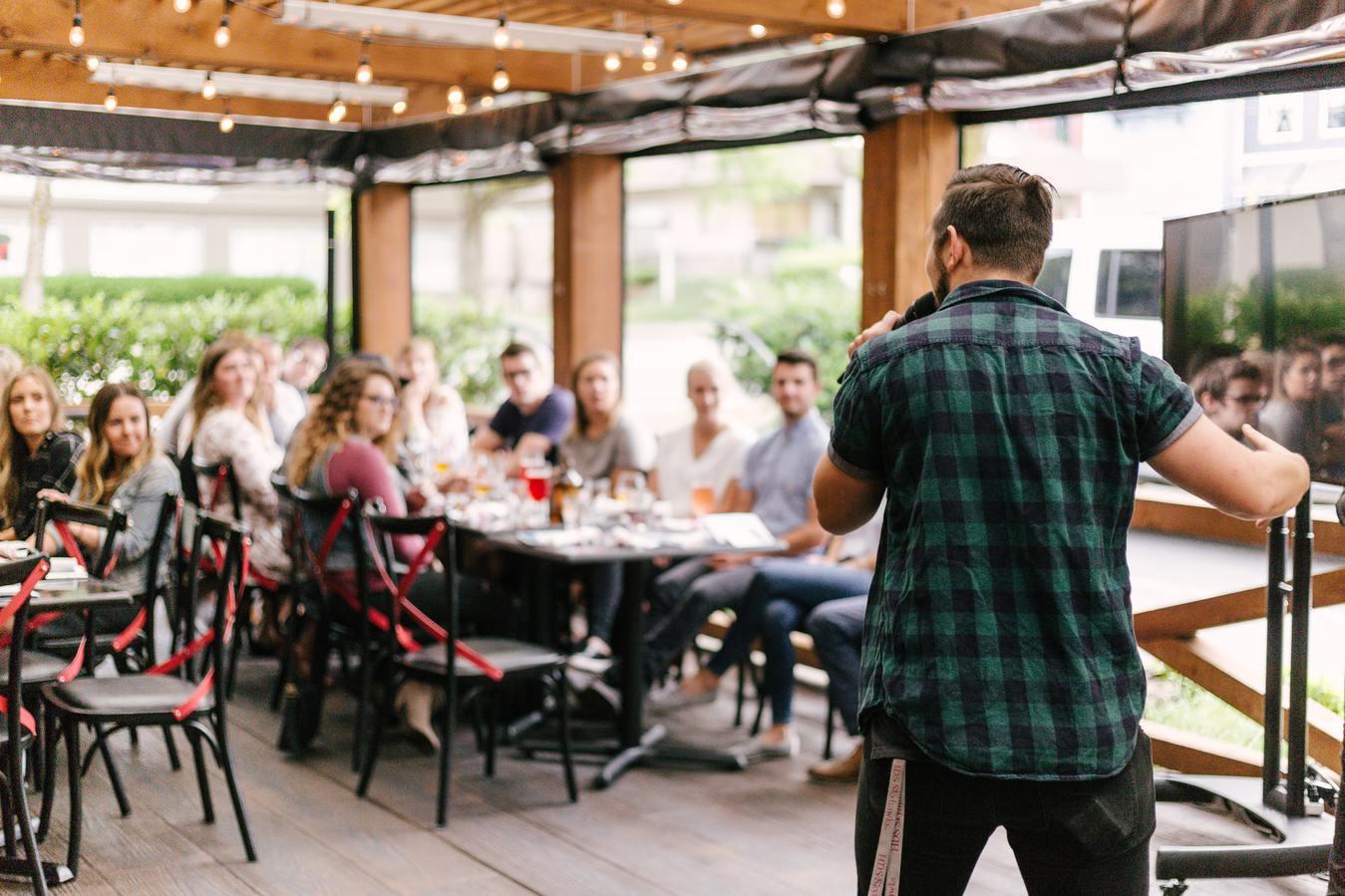 Persona dando discurso en un evento