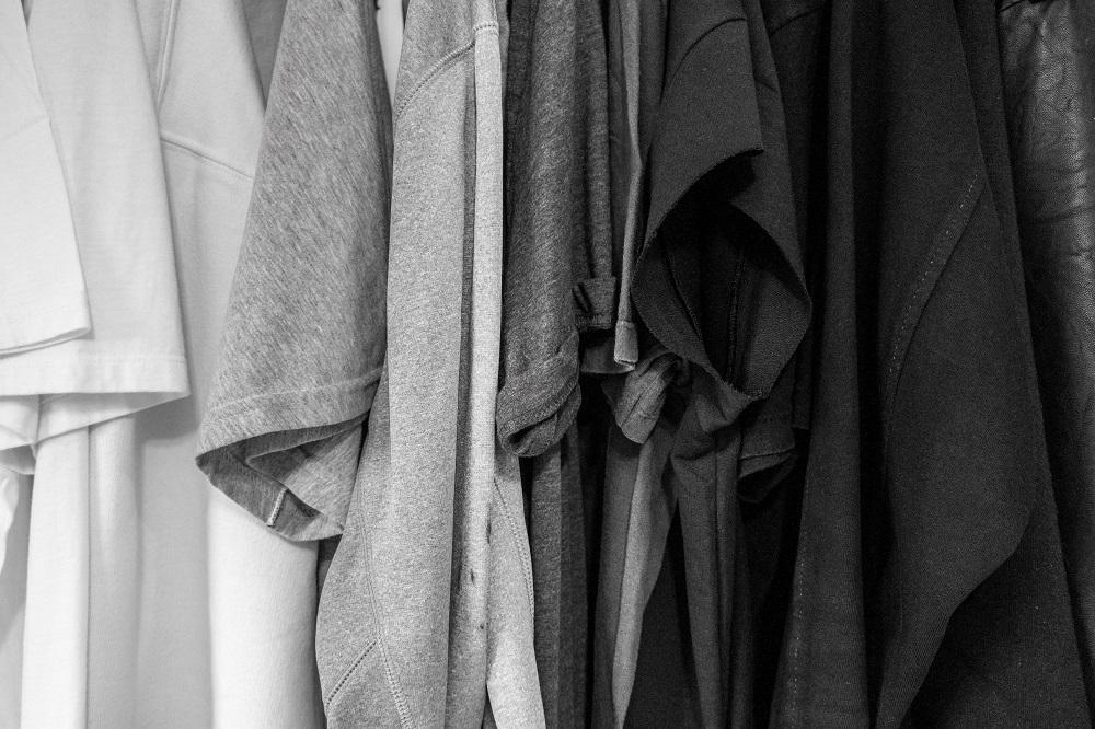 Calha de camisolas brancas, cinzentas e pretas