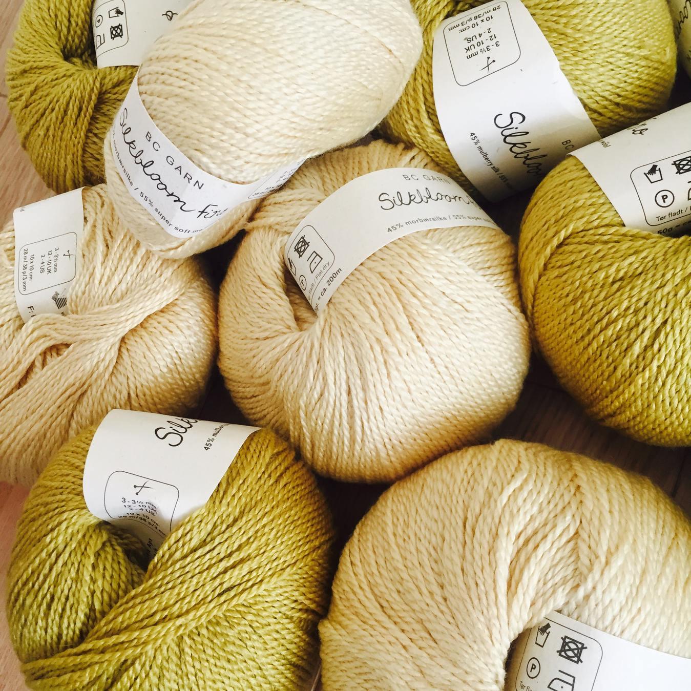 Conjunto de bolas de lã em diferentes cores