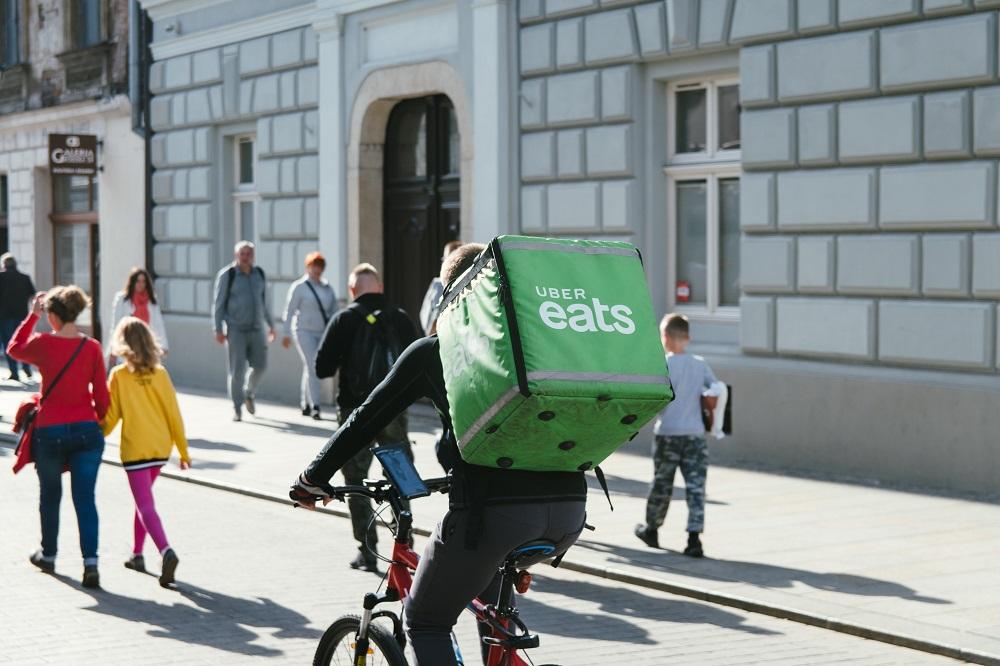 homem a entregar comida numa bicicleta