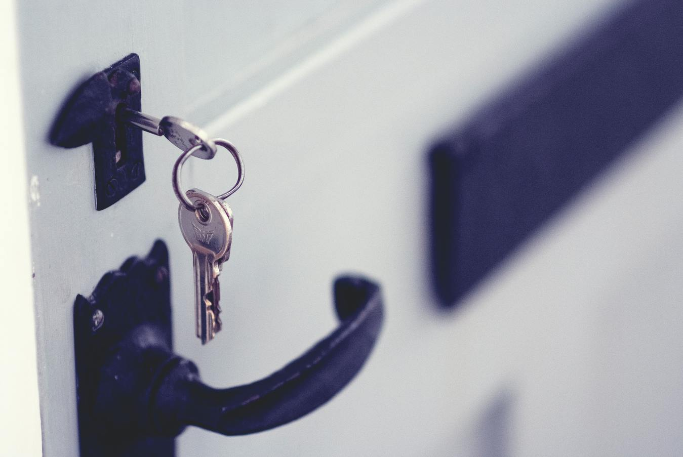 Llaves colgando de la cerradura de una puerta