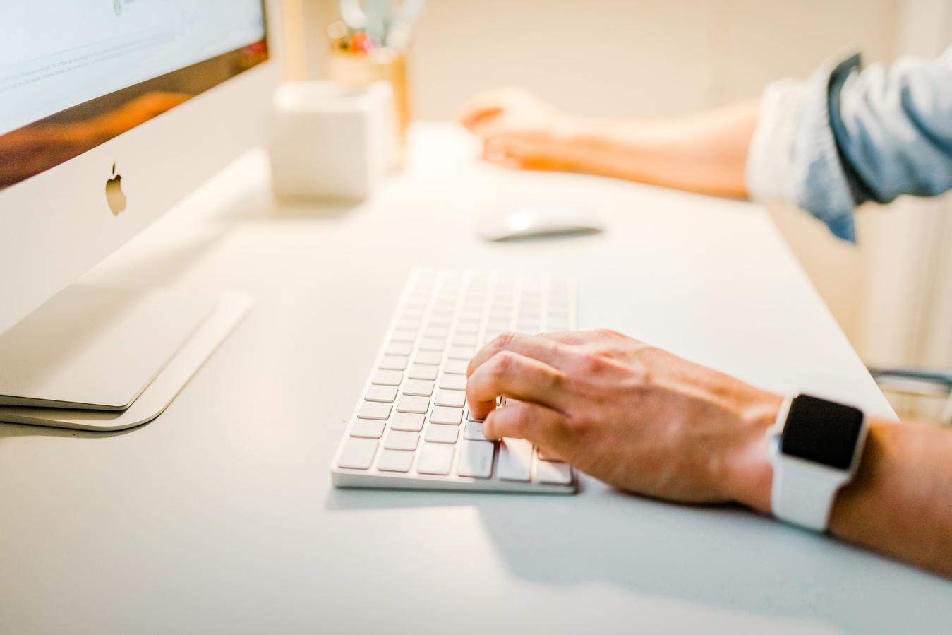Man werkt op desktop computer