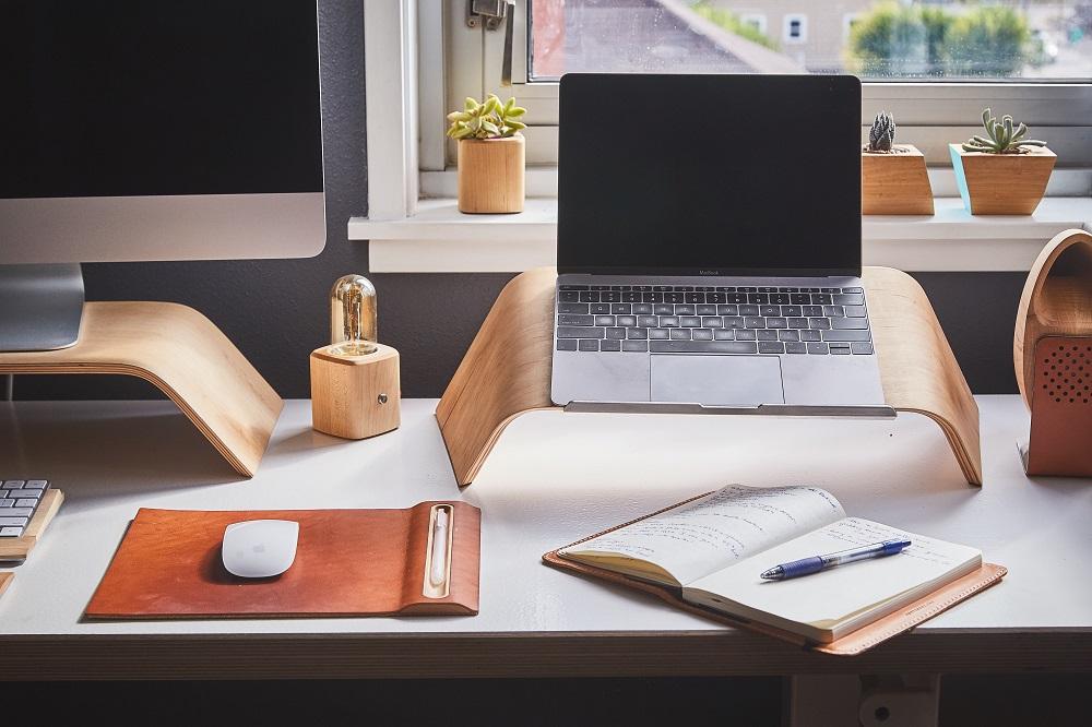 secretária em casa com computador portátil no riser