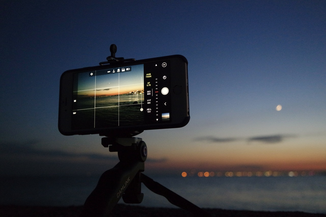 Zdjęcie robione na Smartphonie na statywie, w nocy.