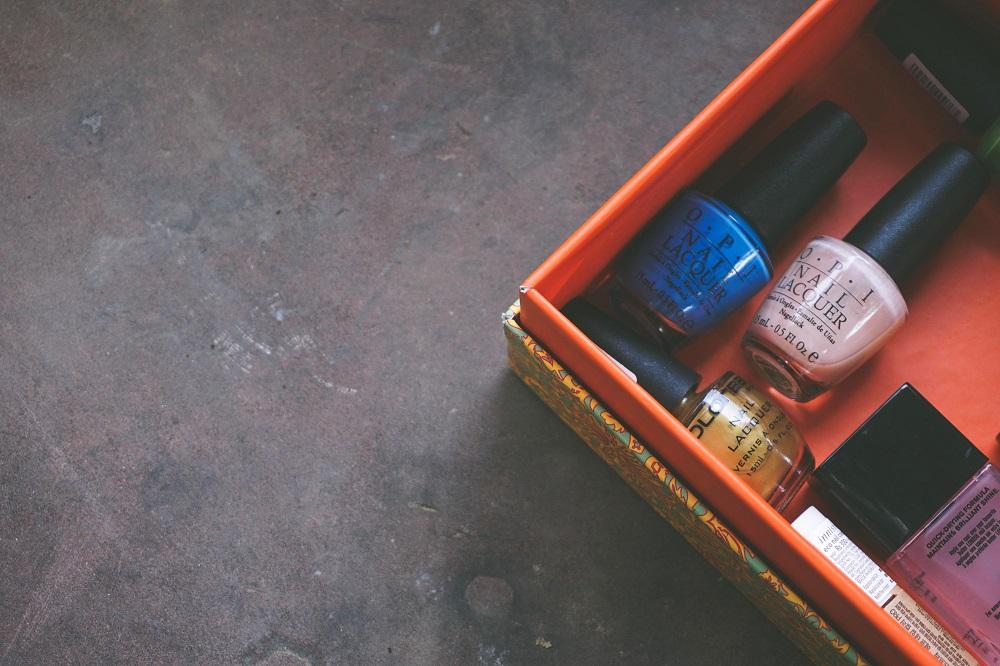 Box mit Flaschen voll Nagelpolitur