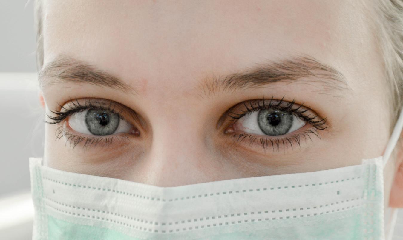 Frau, die medizinische Gesichtmaske trägt
