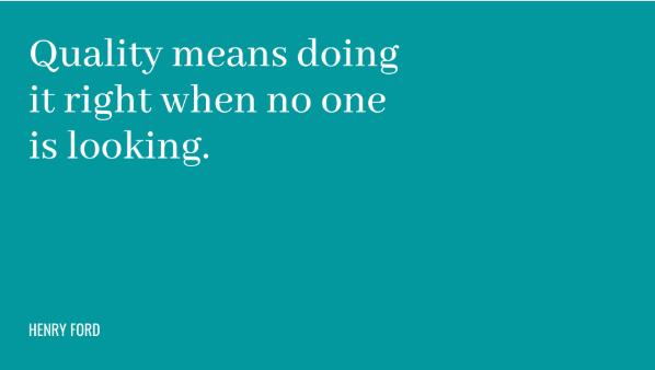 """Frase: """"Qualidade significa fazer as coisas do jeito certo quando ninguém está olhando."""""""