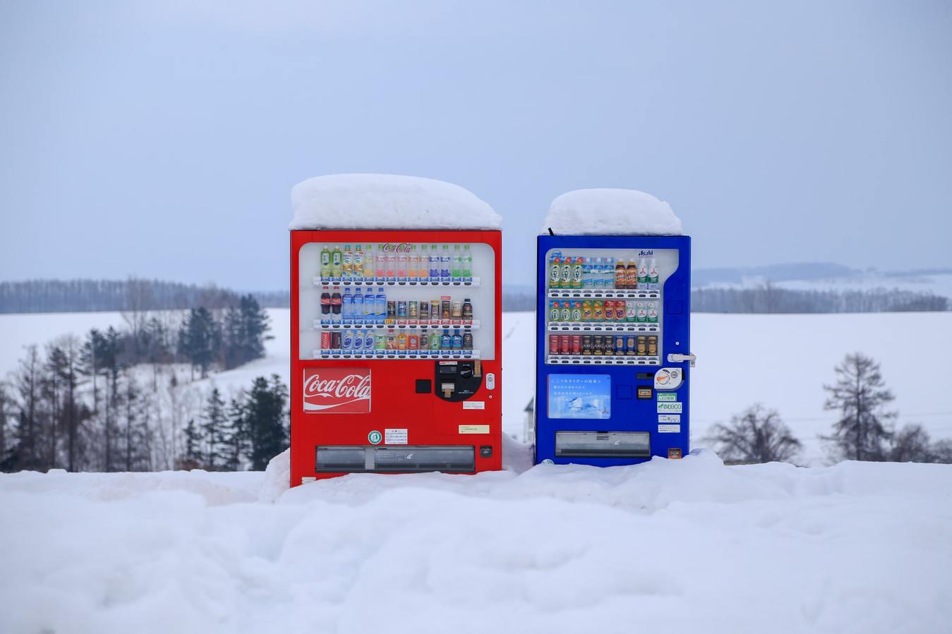 Verkaufsautomaten mit Getränken auf dem Feld mit Schnee