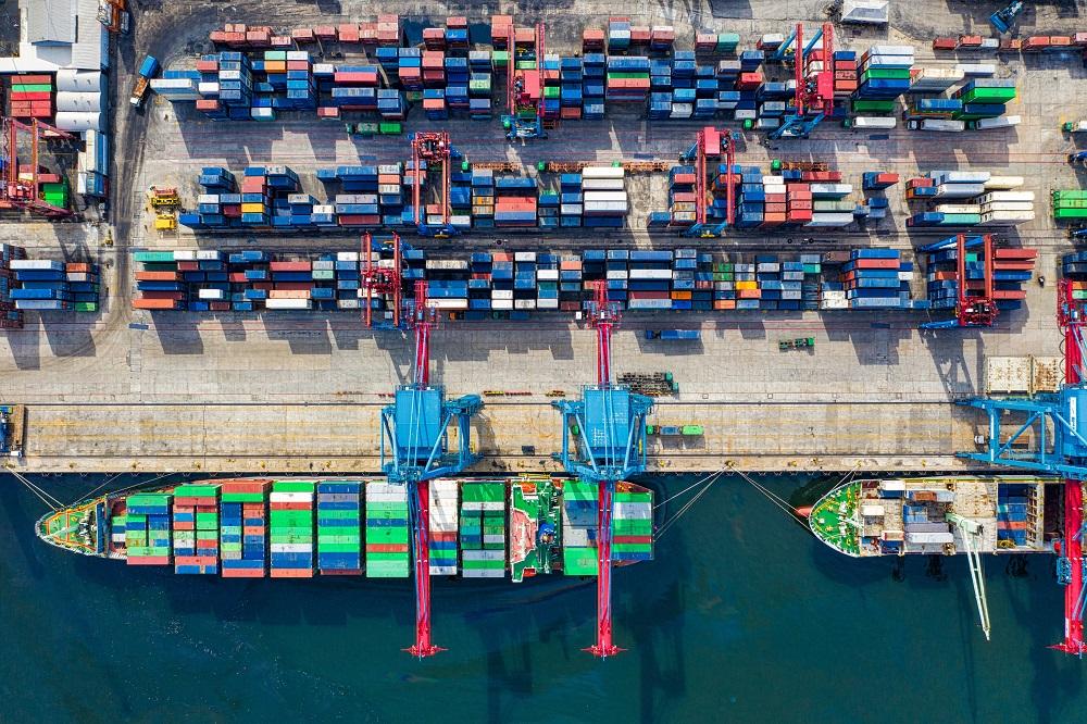 Vogelperspektive von Frachtcontainern im Hafen