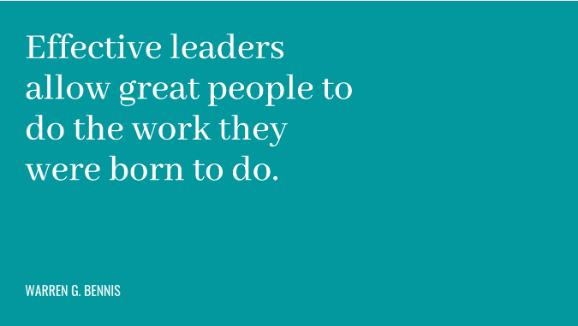 """Frase: """"Muitas empresas acreditam que as pessoas são substituíveis. As pessoas realmente talentosas nunca podem ser substituídas. Elas têm talentos únicos. Tais pessoas não podem ser forçadas a exercer papeis que não combinam com elas, e nem deveriam ser. Bons líderes permitem que pessoas talentosas façam o trabalho que elas nasceram para fazer."""""""