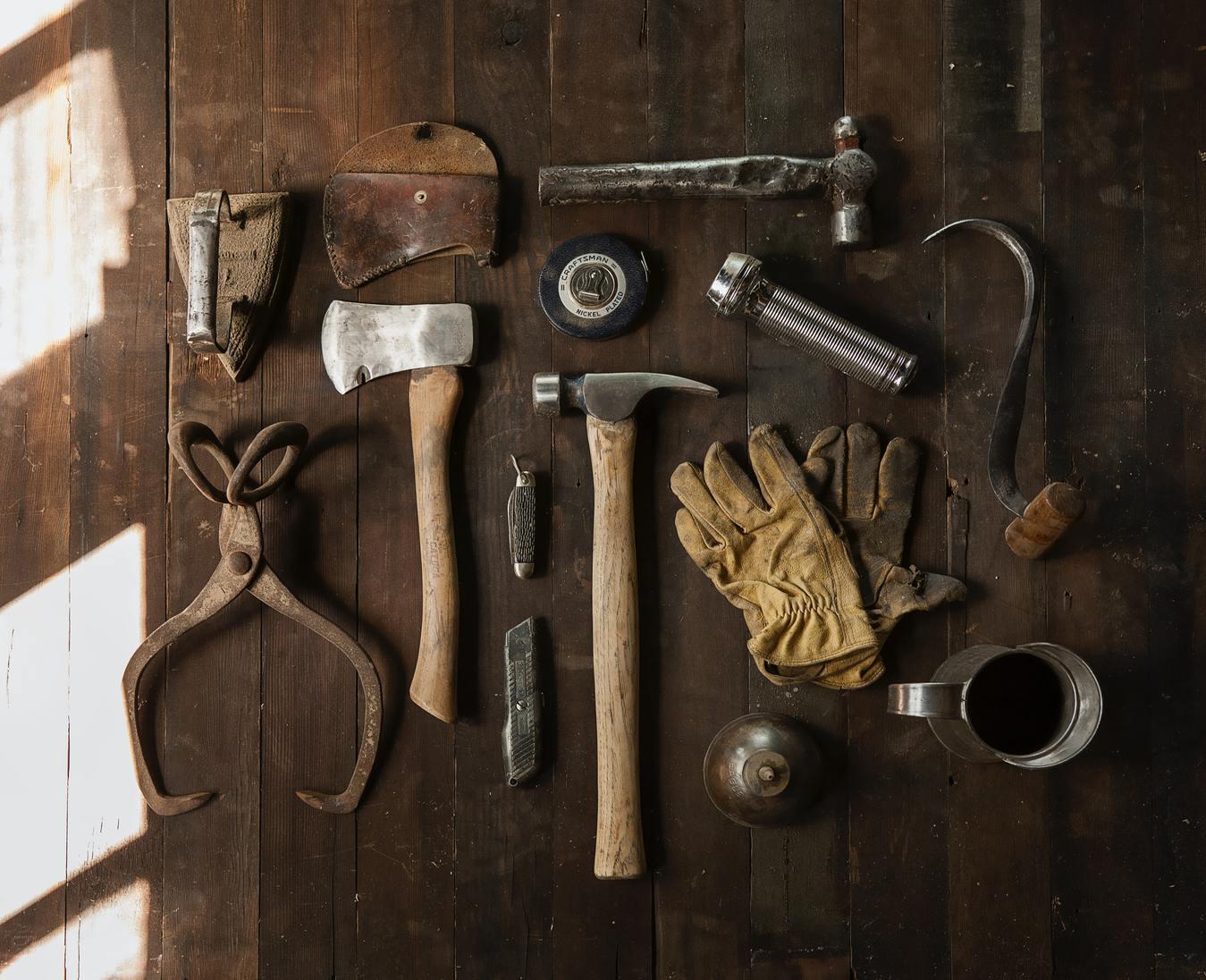 Alat pertukangan dengan latar kayu