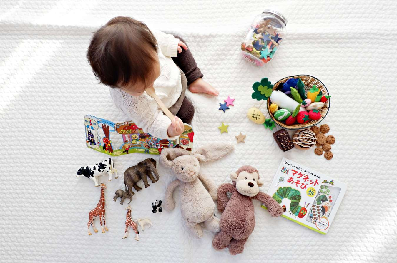 Bebé com brinquedos