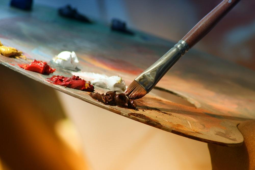 sản phẩm vẽ màu nước với cọ và bảng