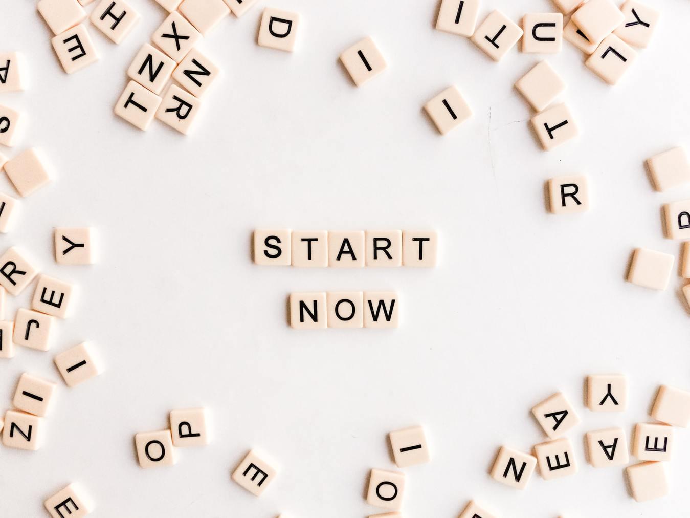 Image sur fond blanc ou il est écrit avec des lettres de Scrabble en anglais : Commencez maintenant