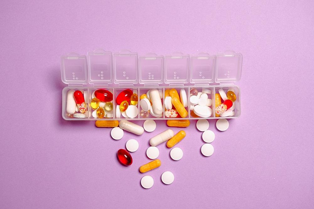 vitaminas em divisórias para comprimidos