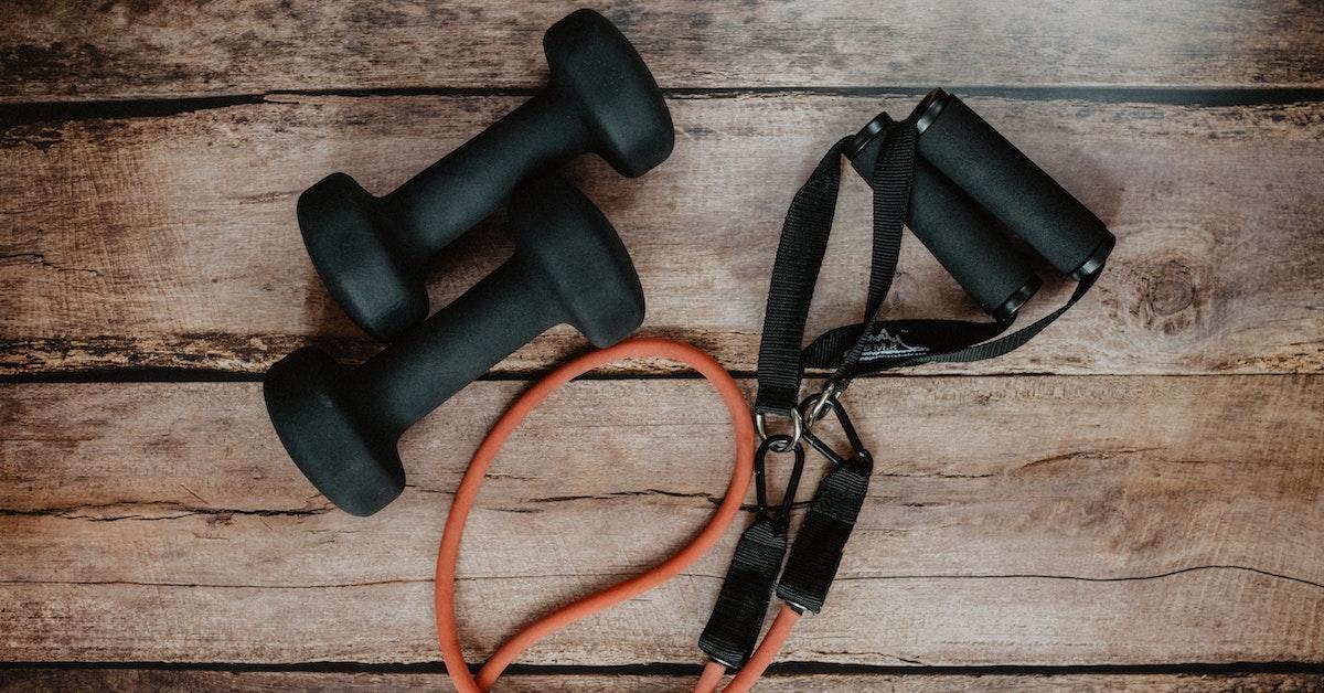 equipamento para exercício físico sobre o chão de madeira