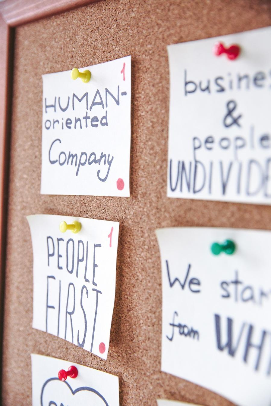 Notas sobre a estratégia de negócio pregadas em um quadro