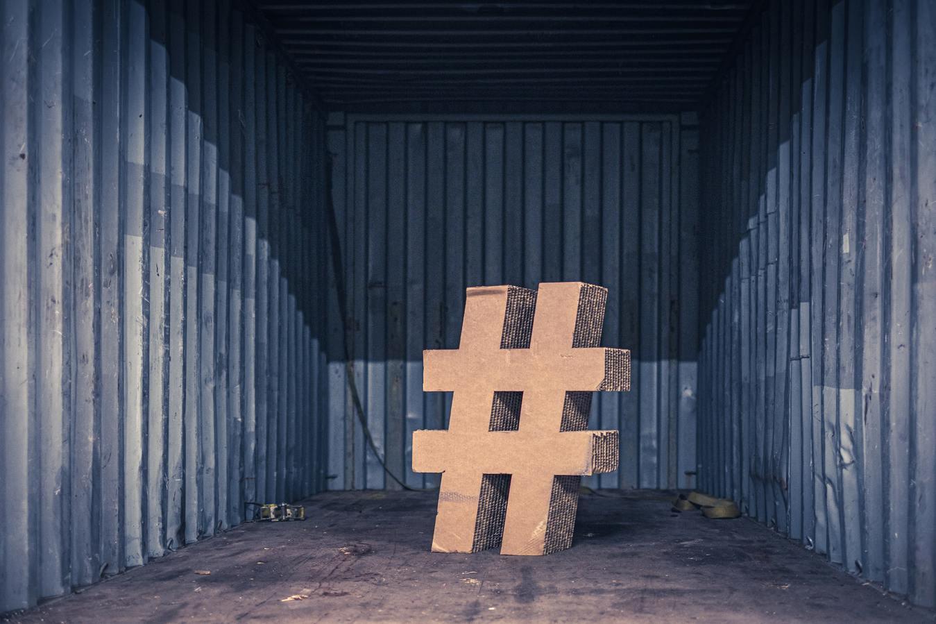 Hashtag di cartone in un container per la spedizione