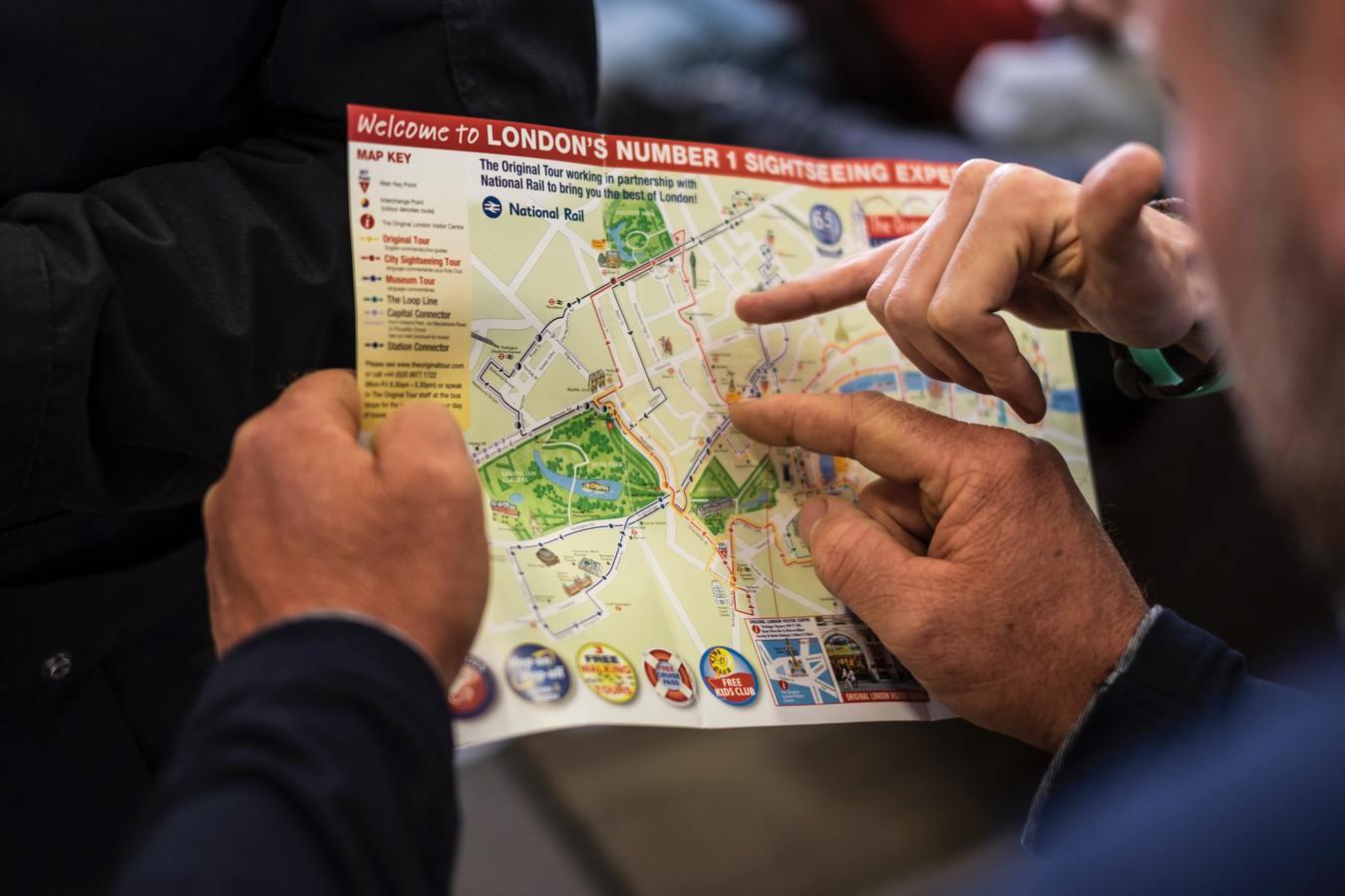 Personas miran un mapa de Londres