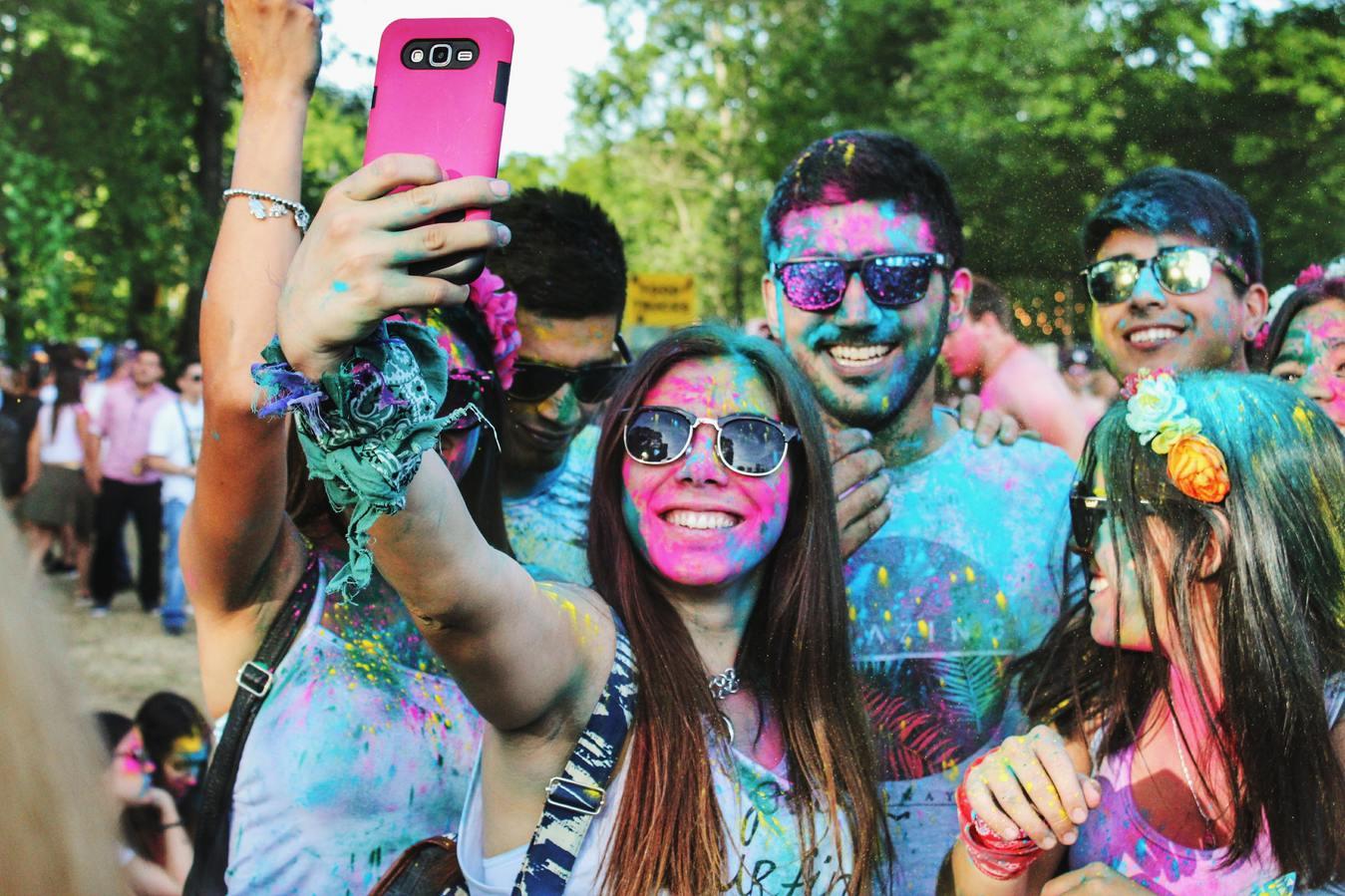 Mensen nemen buiten een selfie