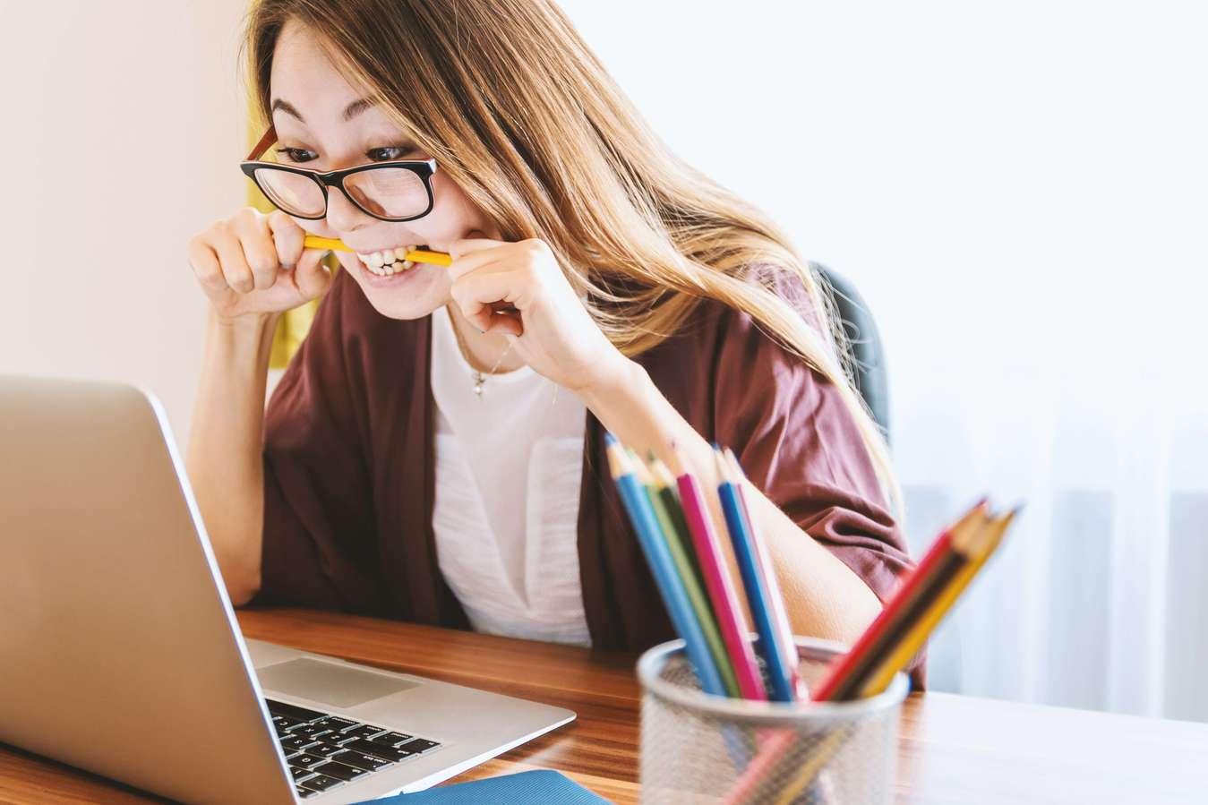 Mulher num portátil aprendendo marketing de afiliados