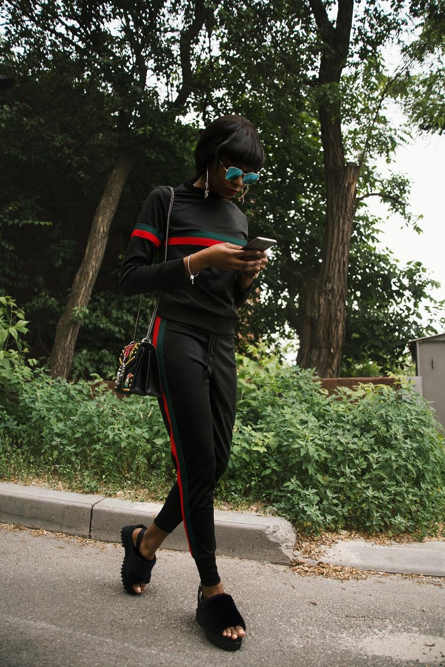 người phụ nữ mặc quần áo màu đen