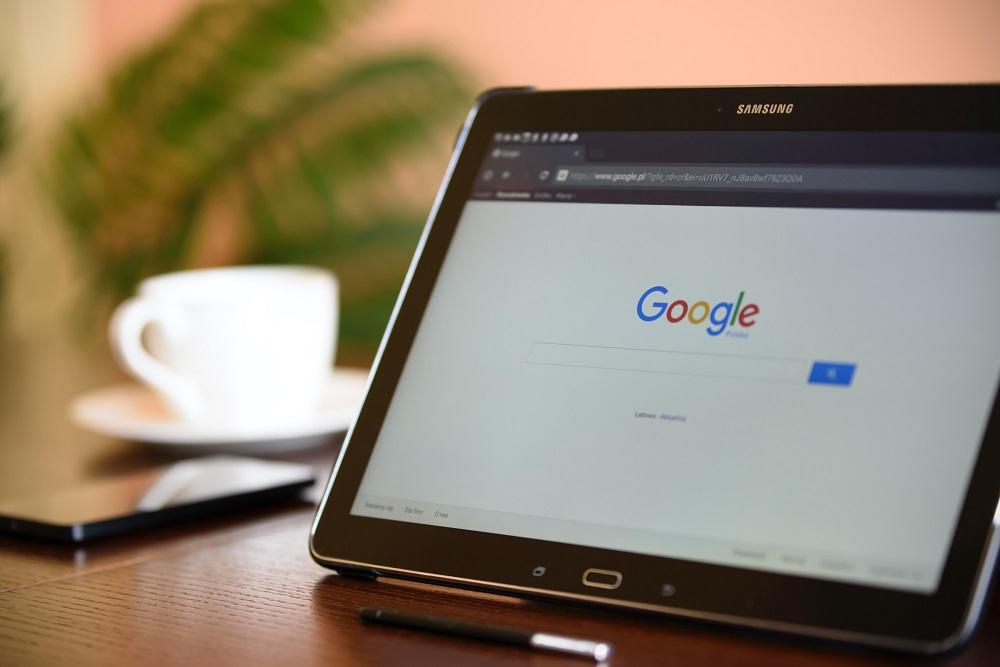 Página de pesquisa do Google no ecrã do tablet