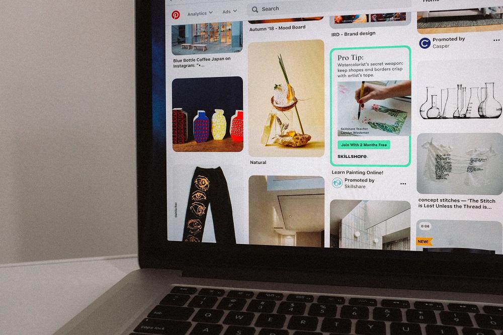 pantalla de computador portátil que muestra el tablero de Pinterest