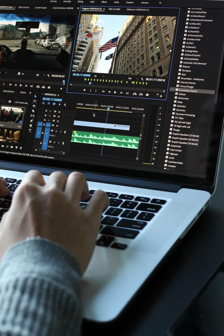 Человек редактирует видео на ноутбуке