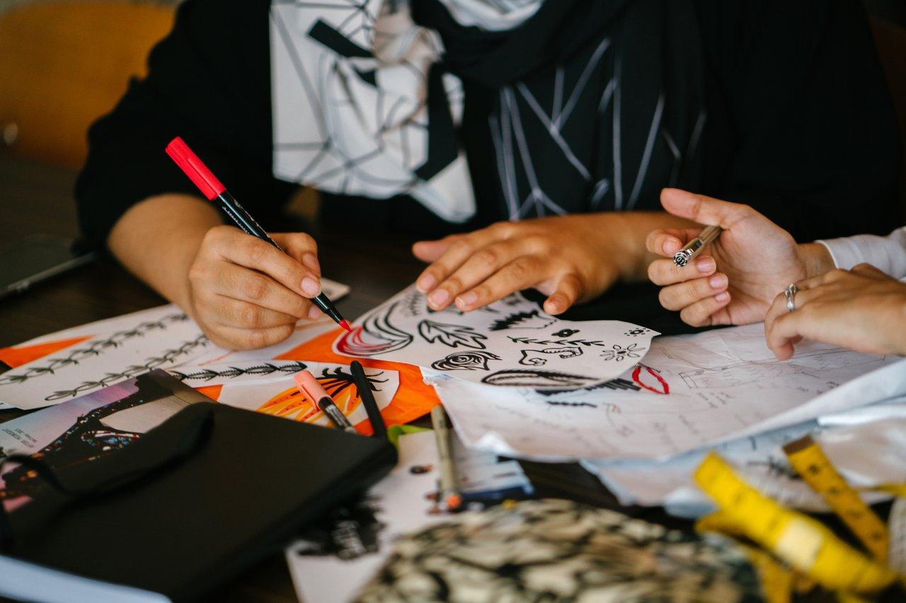 Person, die auf Papier zeichnet