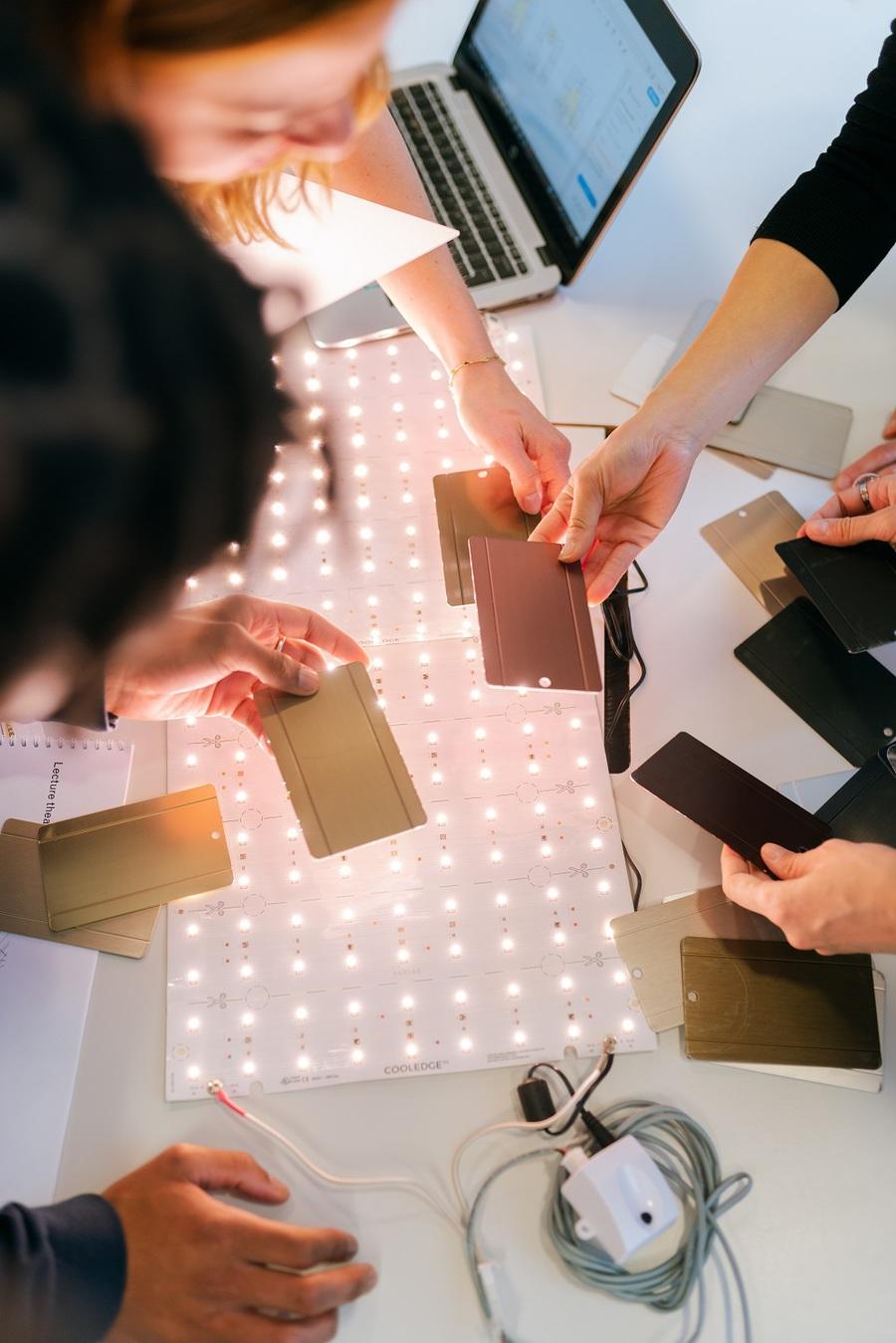Pessoas juntas a desenhar produtos