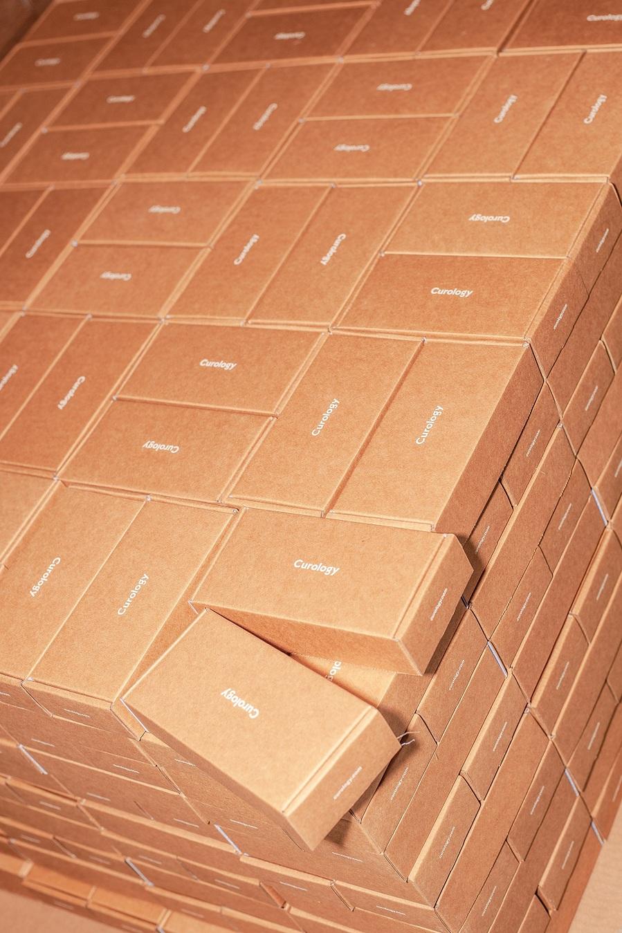 pila ordinata di scatole