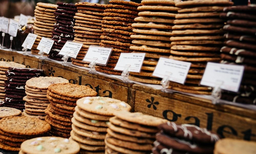 pilha de cookies gigantes de vários sabores