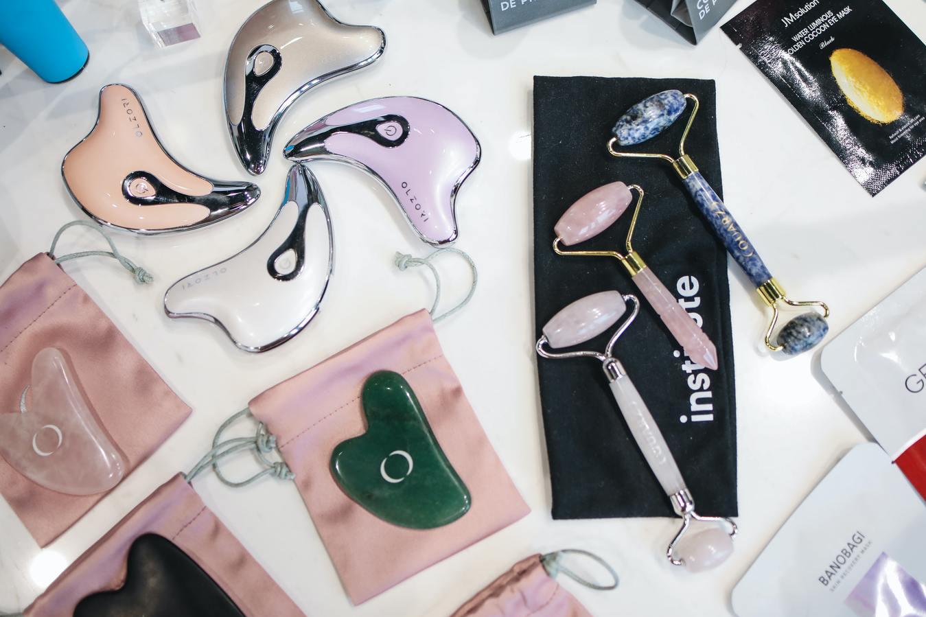 ferramentas para cuidados com o rosto sobre a mesa