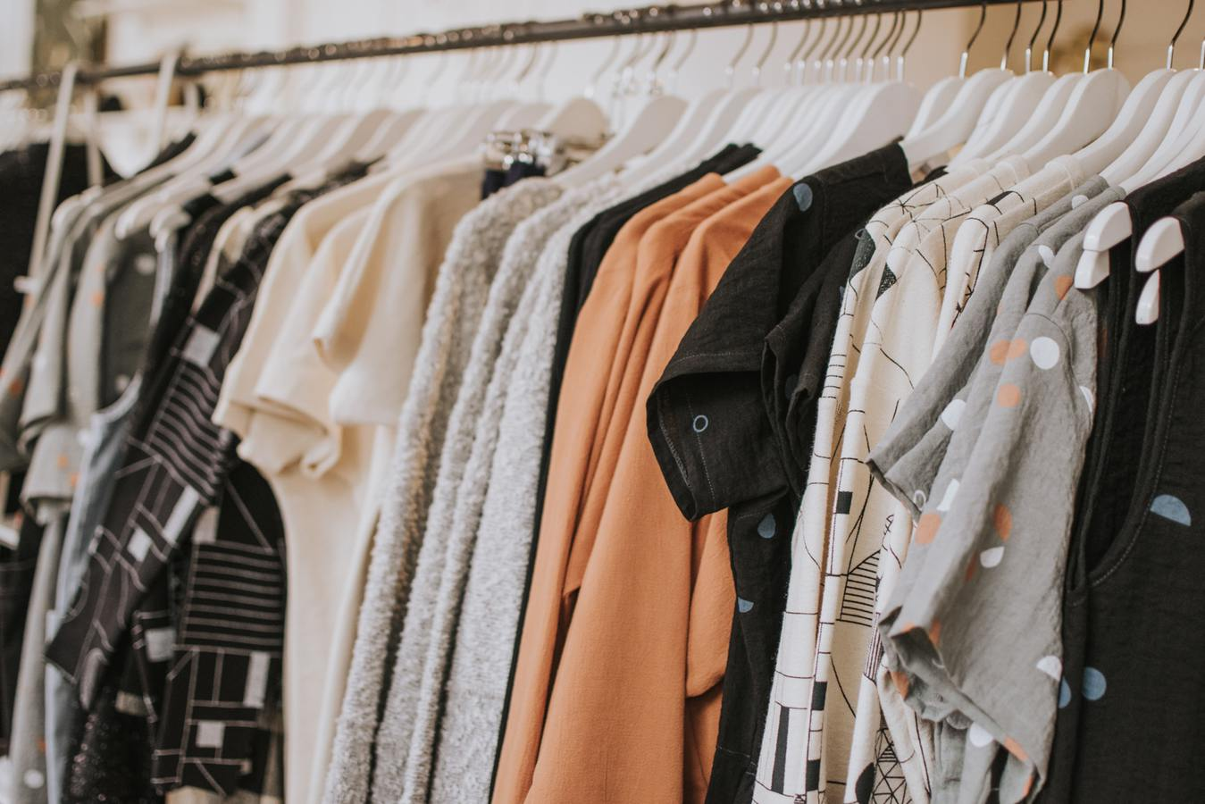 Reling z ubraniami