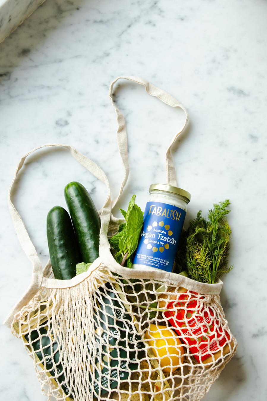 Shopping bag lavorata a maglia con generi alimentari