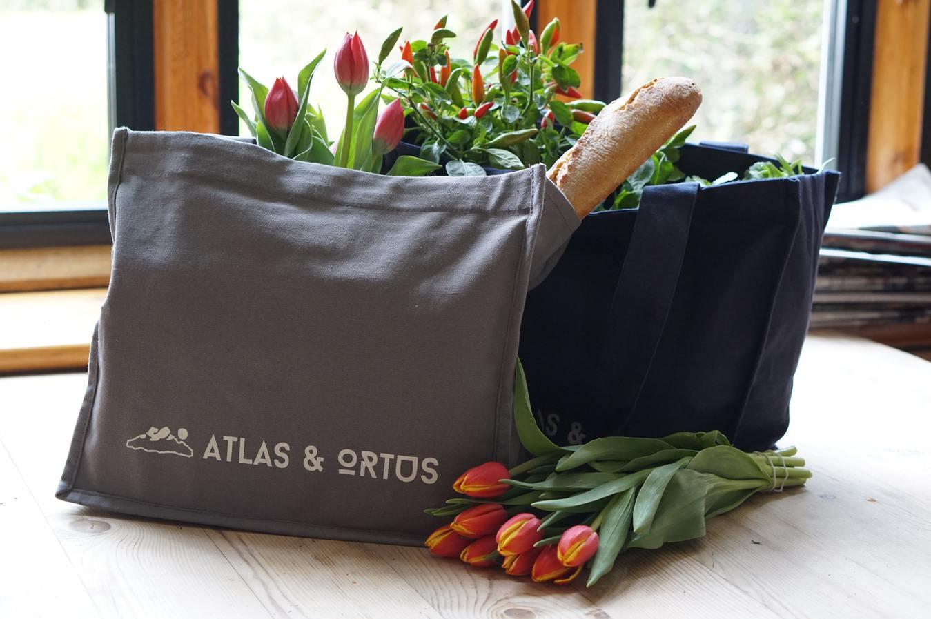 Tas belanja berisi makanan di atas meja