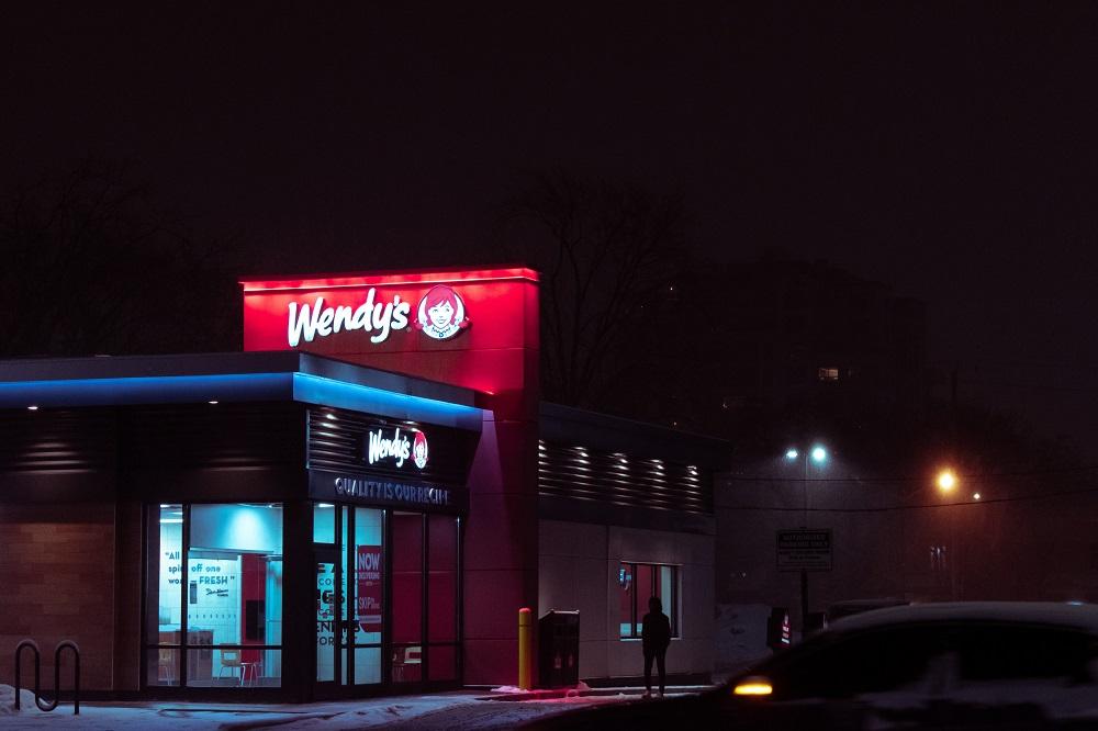 toma exterior de la tienda de Wendy en la noche