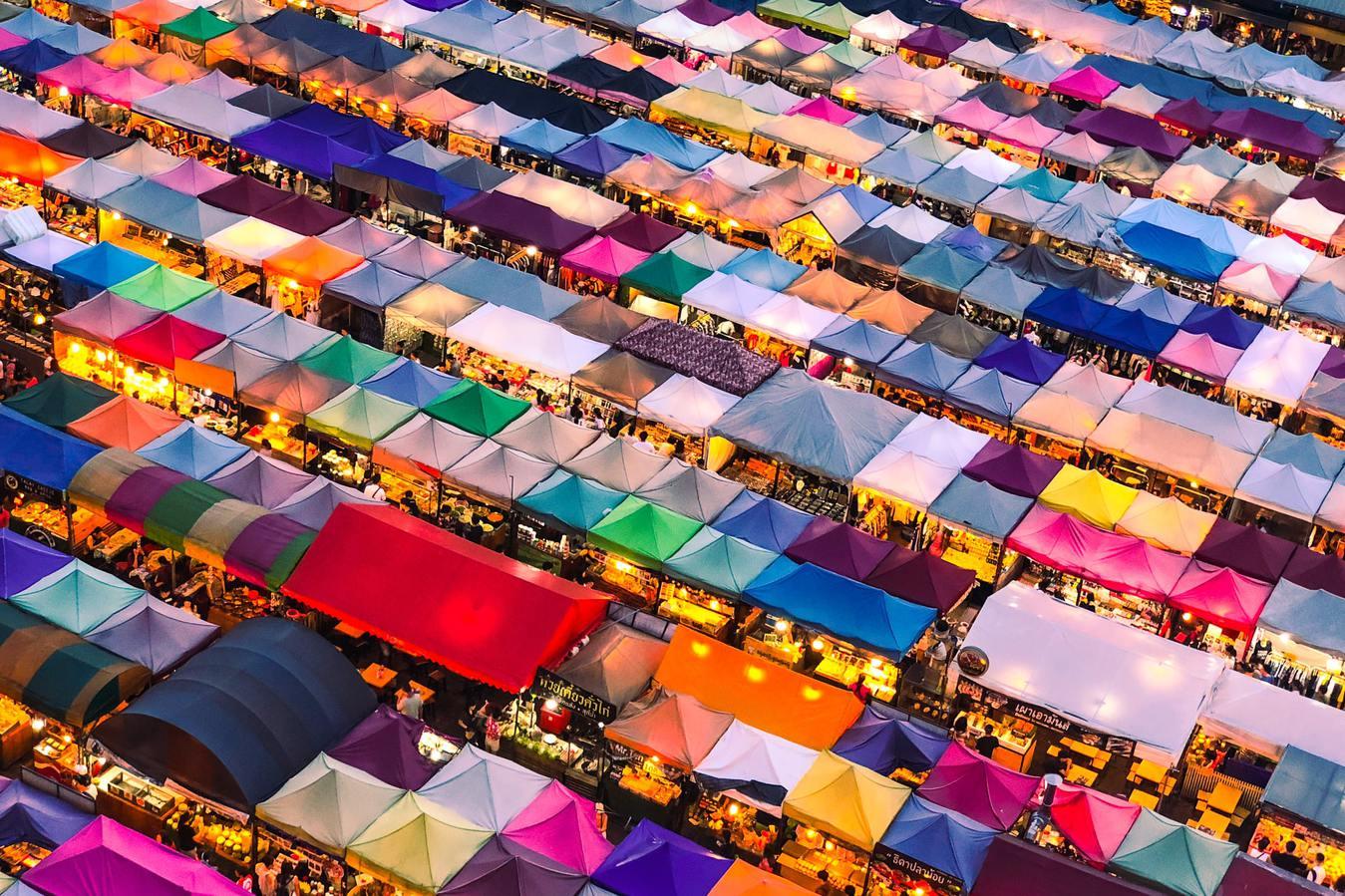 Vista dall'alto di tende del mercato colorate
