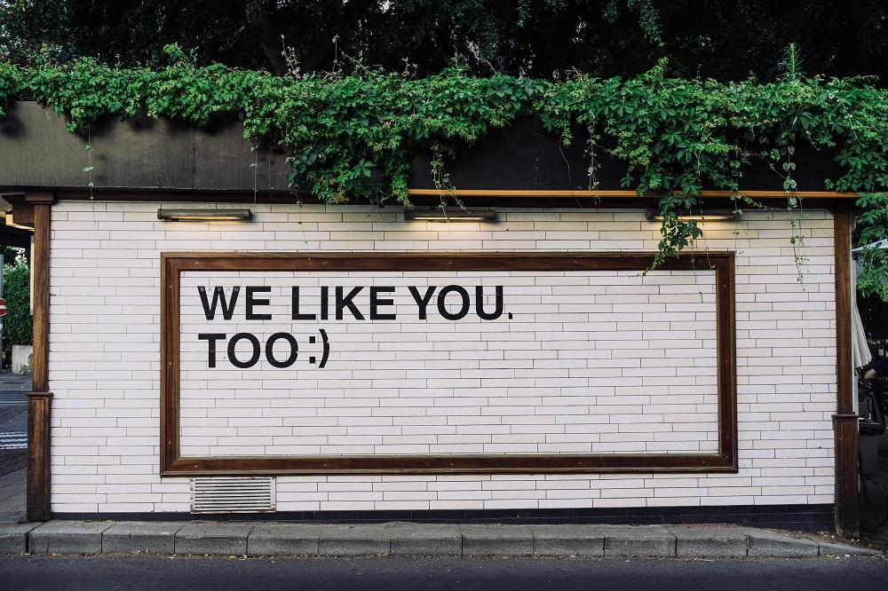 Bord aan de muur met de tekst 'wij vinden jou ook leuk'