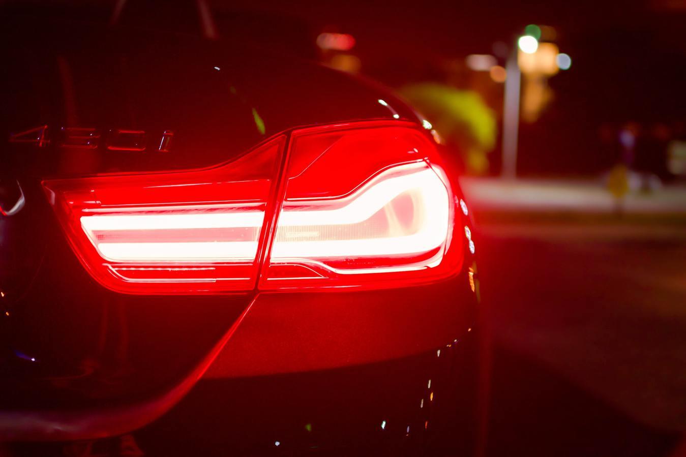 Auto achterlicht rood in de nacht