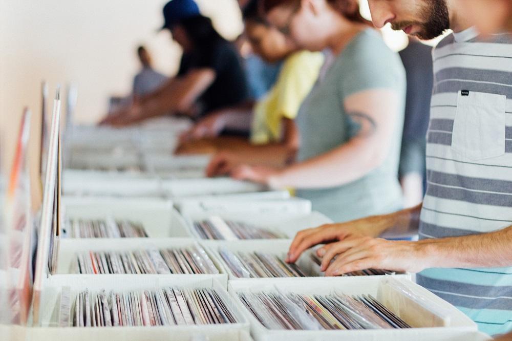 Orang-orang belanja di toko musik