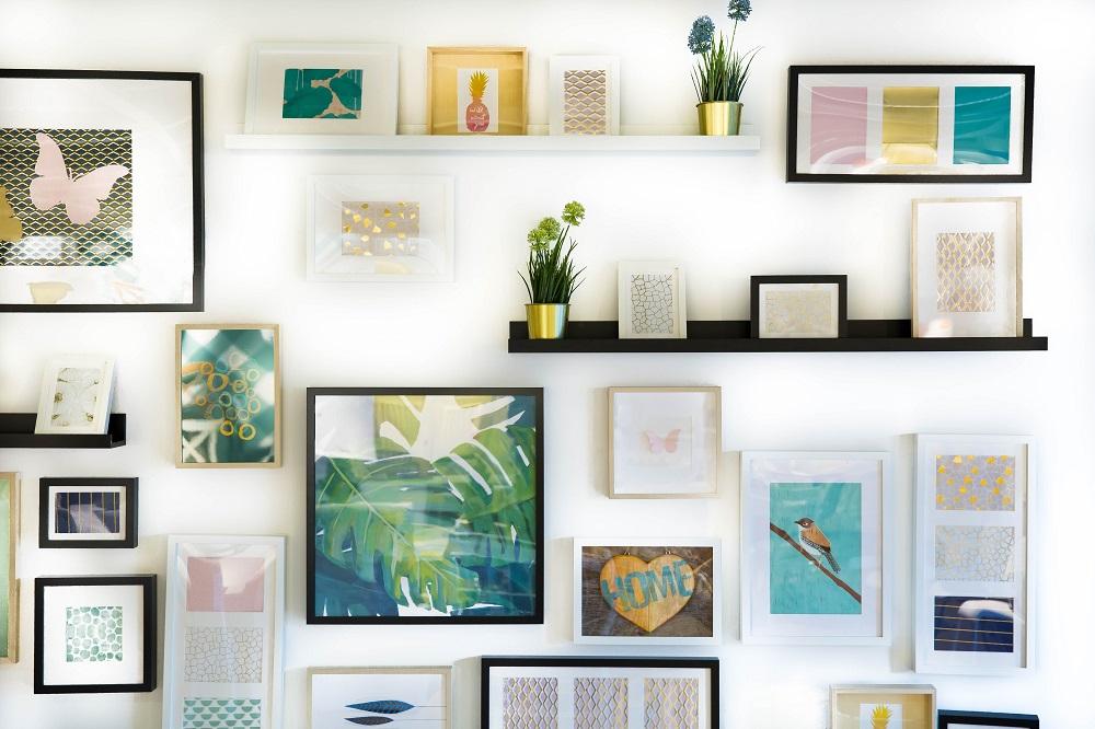 parede coberta com vários quadros impressos