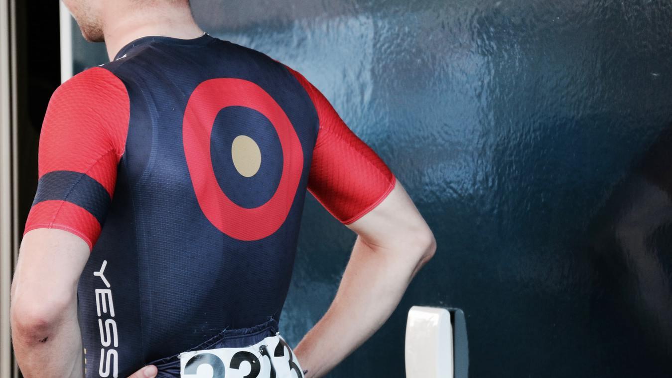 Pelari pria mengenakan kaos bergambar titik target di bagian belakang