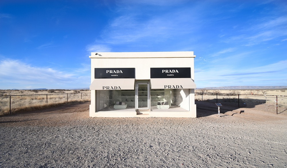 Prada winkel staat alleen in de woestijn van Texas