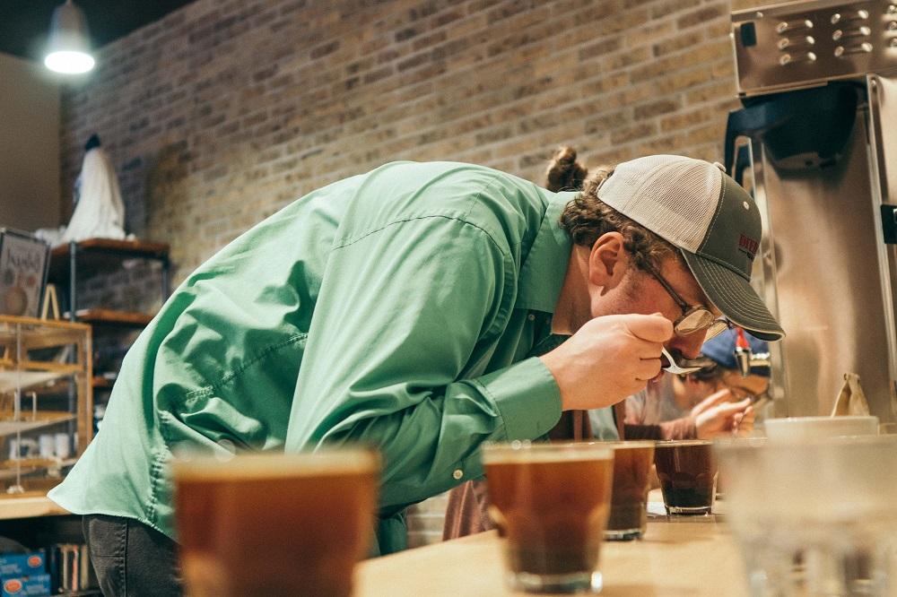 Seorang pria mencicipi kopi