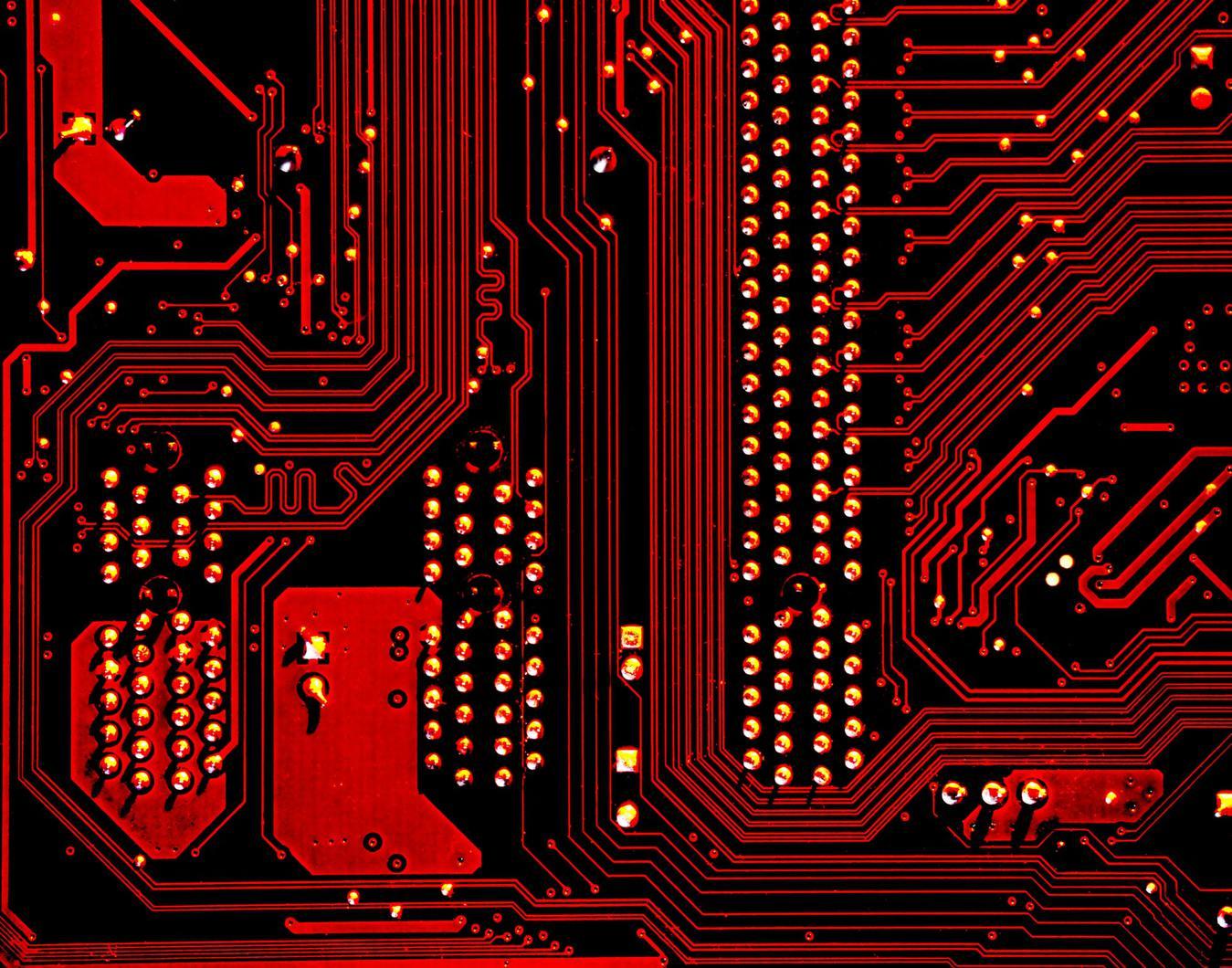 Gambar teknologi chip komputer berwarna merah dari dekat